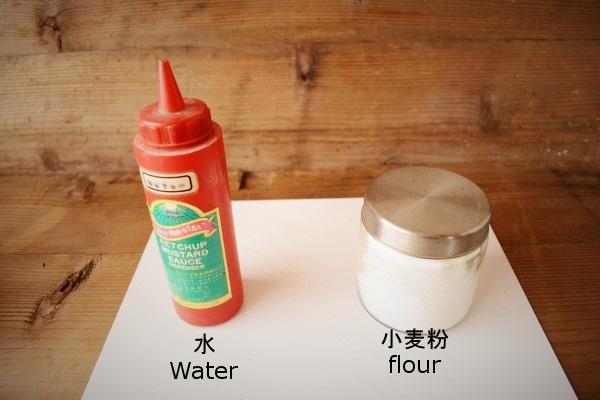 金継ぎの麦漆の作り方。まずは練り合わせる水と小麦粉を用意する。