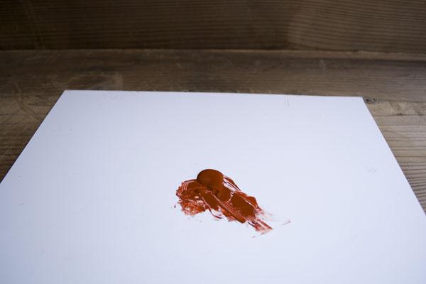 作業板の上に上塗り用の漆を出す