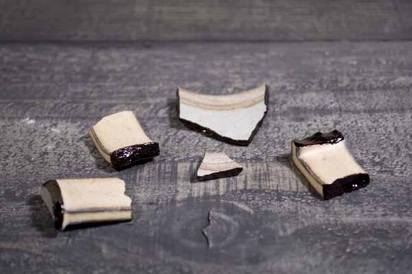 金継ぎ修理の工程。器の破片ひとつひとつの断面に麦漆を塗布していく