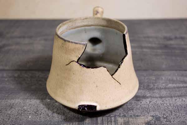金継ぎの方法。器の本体の方にも麦漆を塗る