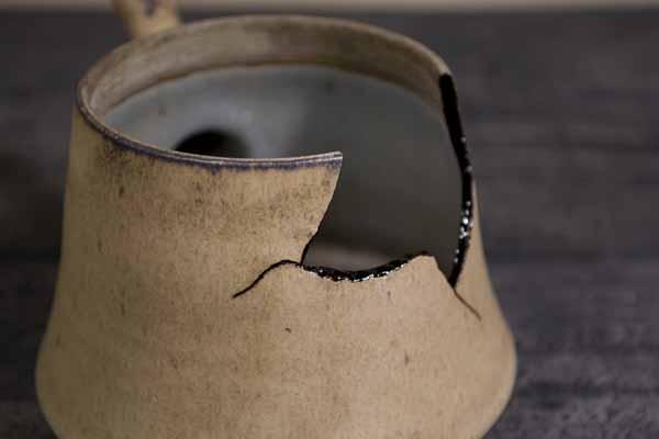 金継ぎの方法。器本体の割れた断面にも麦漆を塗る