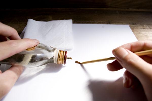 エタノールを作業板の上に垂らして、筆につける