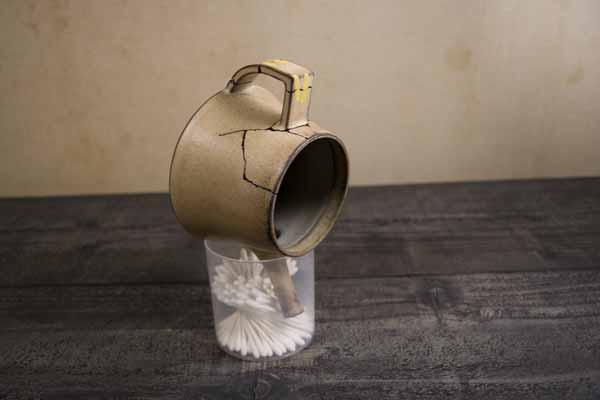 金継ぎの方法。麦漆接着後、急須を逆さまにして固定する。このまま2週間くらい乾かす。