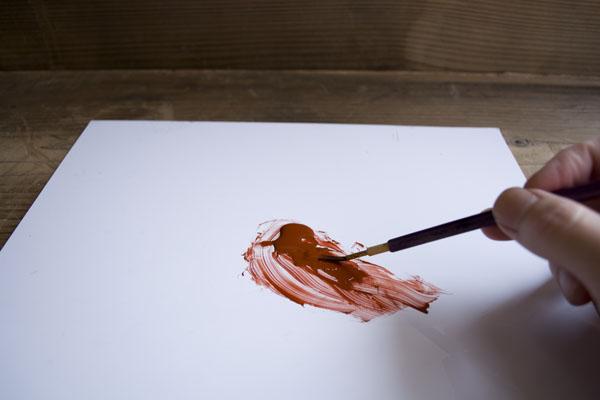 筆に漆を付ける