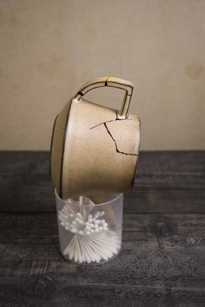 金継ぎの方法。急須の固定に、今回は綿棒ケースを利用