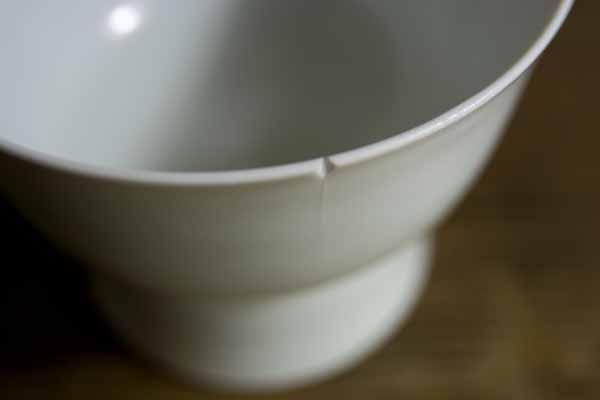 金継ぎ修理を始める前に他に欠けがないか、それから釉薬はどんな感じかをチェックする。