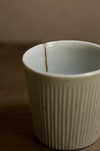 ひびの入った上泉秀人のコップの金継ぎ修理