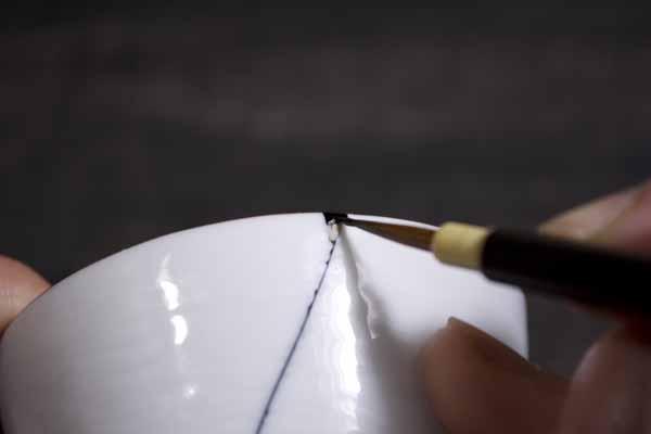 簡単金継ぎの塗り工程。合成うるしの塗りはじめ