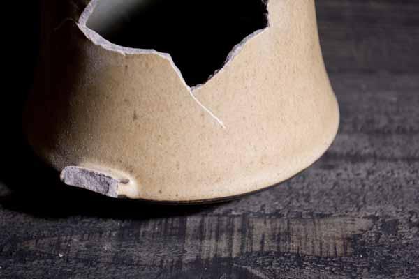 金継ぎの方法。割れとともに生じたひびに溝を付けていく。これによって漆の食いつきをよくする。