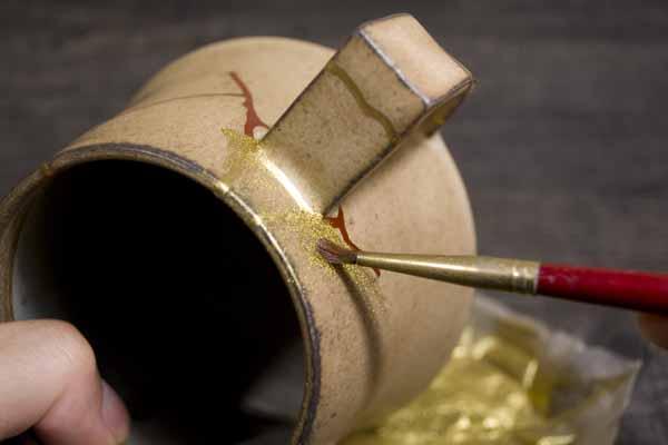 金継ぎ方法。真鍮粉を蒔く