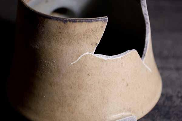 金継ぎの方法。器に入ったひびの部分も溝を切っておく