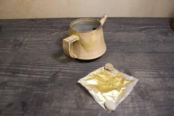 粉の包み紙は小石で押さえると可愛らしいです
