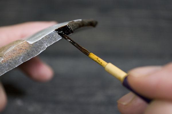 金継ぎの素地固めの方法としては筆にしっかりと漆を含ませてたっぷり塗っていく。