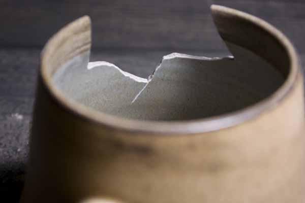 金継ぎの方法。器の割れた部分の断面のエッジを軽く削る。内側からも削っていく。