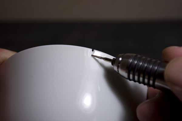 ひびの入った器のひび部分をリューターで削っていく。