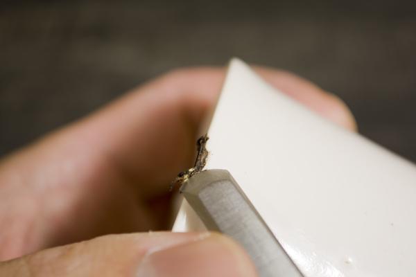 金継ぎのやり方。盛った錆漆を彫刻刀で削っていく。