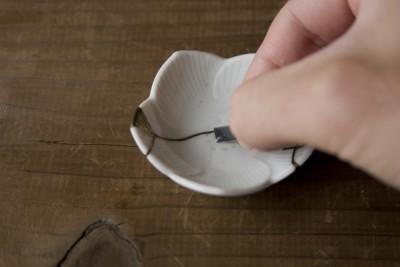 豆皿に入っている水にペーパーを浸ける