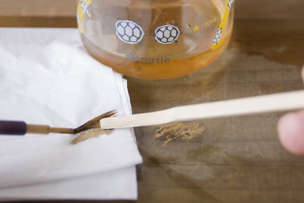 金継ぎで使った筆を油で洗う