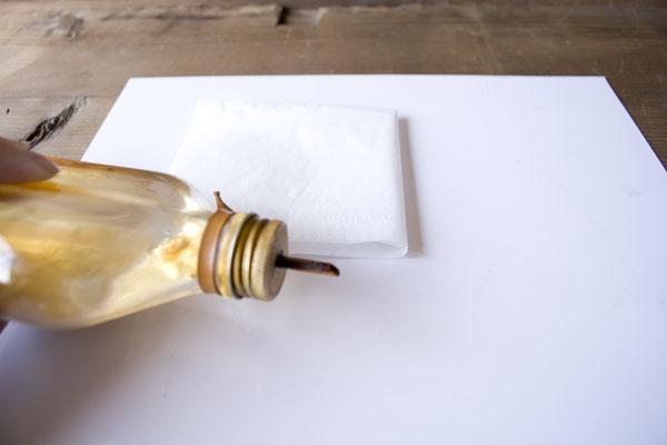 簡単金継ぎの方法。合成うるしを使う前にまずは筆の中の脂分を洗い出す。テレピンを作業板の上に出す。