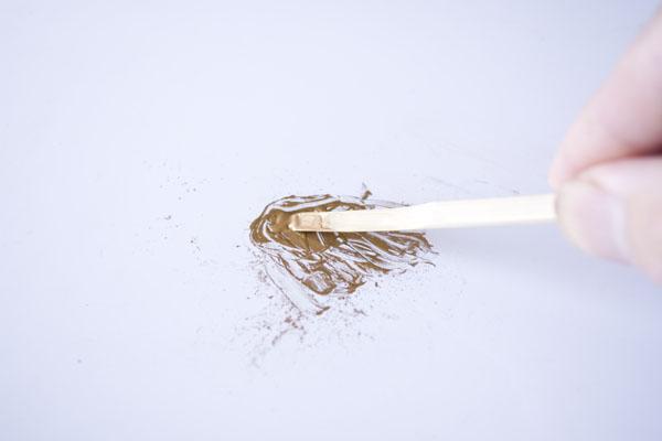 簡単金継ぎの方法。箆で新うるしと真鍮粉をよく練り合わせます。