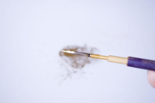 簡単金継ぎの方法。筆の中の新うるしの含み具合をチェックする。