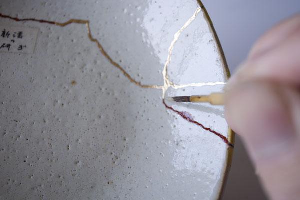 簡単金継ぎの方法。再び新うるしを器に塗っていきます。