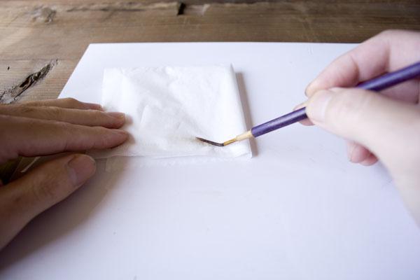 簡単金継ぎの方法。テレピンで洗った筆をティッシュで拭き取る