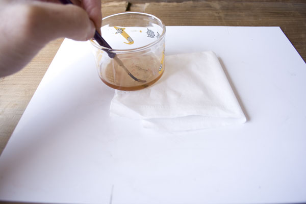 簡単金継ぎの方法。筆を油に付ける