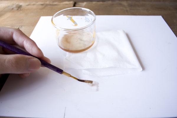 簡単金継ぎの方法。作業板の上で筆をほぐす