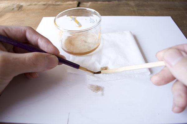 簡単金継ぎの方法。ティッシュペーパーの上で箆を使って優しく油を掻き出す