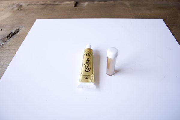 簡単金継ぎの方法。新うるしを作業板の上に出す。