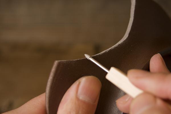 割れた器の裏側のエッジを削る