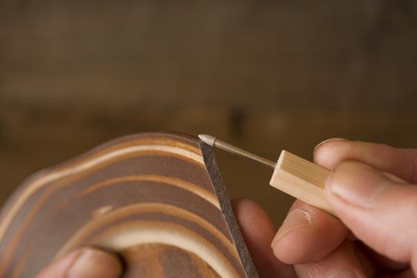 割れた器の断面で縁の尖がった部分もしっかり削る