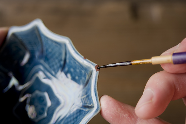 金継ぎの上塗り工程では漆はなるべく薄く均一に塗っていく。