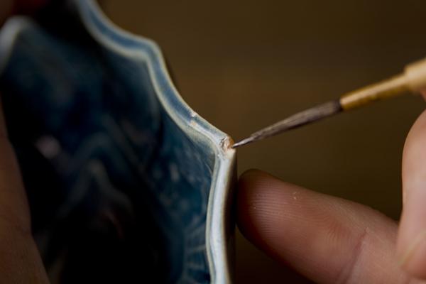 金継ぎの素地固め作業では欠けた部分に漆を塗ります