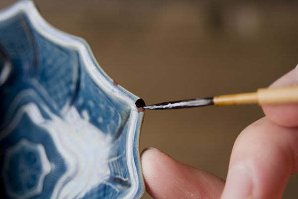 金継ぎ工程の漆の上塗りでは、欠け部分に漆を塗っていく。なるべく下塗りぶぶんからはみ出さないように気を付ける。