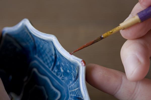 極小の欠けに充填した錆漆に漆を塗っていく金継ぎ作業