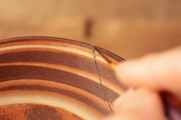 平皿の金継ぎ修理で漆を塗っていく