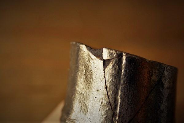 金継ぎの修理方法。一回目の刻苧漆が完全に硬化してから二回目にとりかかります。