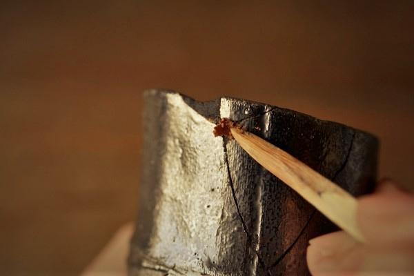 金継ぎの修理。一回目に埋めた刻苧漆の上から二回目の刻苧を詰めていきます。しっかり詰め込みます。