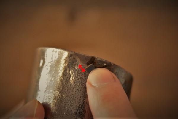 金継ぎの方法。器の外側も錆漆をペーパーで研いでいく。ペーパーは水を少量つけて研ぎを行う。