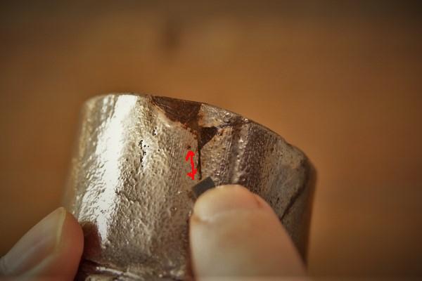 金継ぎの方法。破片の接着部分に付けた錆漆もペーパーで研いでいく。