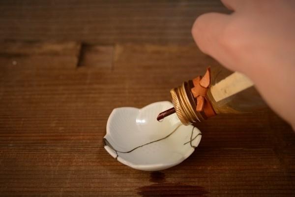 金継ぎの方法。豆皿に少量のテレピンを入れる