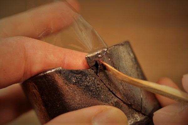 割れた器の金継ぎ修理。今度は外側から刻苧を盛っていく。