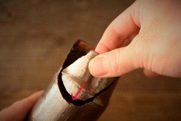 割れた器の金継ぎ方法。本体に割れたピースを嵌めていく。