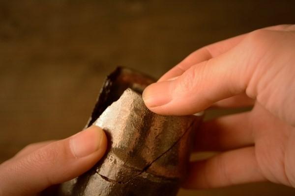 割れた器の金継ぎ方法。破片をしっかり押し込む。ぐりぐり押し込んで麦漆がはみ出るようにする。