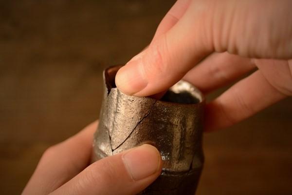 破片をぐりぐり押し込んで、麦漆がはみ出るようにする。