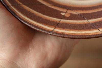 刻苧漆を彫刻刀で削り終わったらウエスで拭き取る