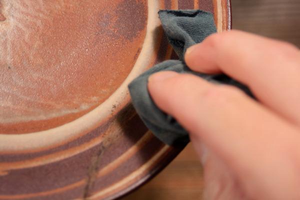 削った錆漆の削りかすをウエスできれいに拭き取る