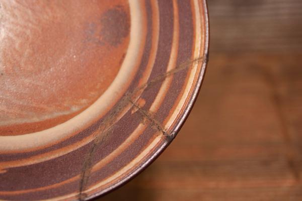 彫刻刀で削った段階ではまだこびりついた錆漆が器に残っている